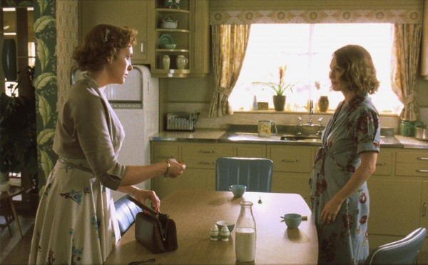 still-of-julianne-moore-and-toni-collette-in-timmarna-(2002)-large-picture